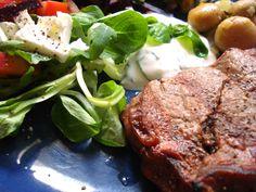 Pripravte si steak zo sviečkovej so šalátom. Ochutnajte mladé víno - Veltlínske zelené ročníka 2015 a zažite skvelý obed .... www.vinopredaj.sk ....  #veltlinskezelene #steak #grill #bbq #barbecue #jedlo #food #dobrejedlo #plnypohar #vinomilci #winelovers #dinner #inmedio #wineshop #cooking #veltlinske #syr #salat #salad