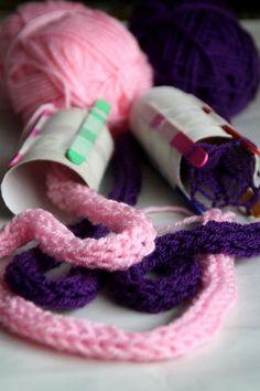 Fabriquer un tricotin : 4 bâtons de glace, du scotche et un rouleau de papier toilette !