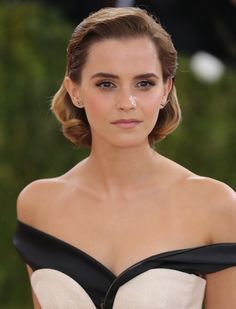 """Emma Watson Photos - Emma Watson attends the """"Manus x Machina: Fashion In An Age Of Technology"""" Costume Institute Gala at Metropolitan Museum of Art on May 2016 in New York City. - Emma Watson Photos - 565 of 5815 Emma Watson Linda, Style Emma Watson, Emma Watson Belle, Emma Watson Short Hair, Emma Watson Sexiest, Emma Watson Beautiful, Looks Pinterest, Red Carpet Hair, Tips Belleza"""