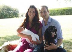 Kate Middleton e Príncipe William posaram com o pequeno bebê real, George Alexander e os cachorros da família.