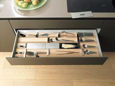 ドイツ・ブルトハウプ社の「b3」の引き出しは、波形の木材のくぼみに道具をしまう。ものの大きさに合わせて金属の仕切りの位置をスライドできる。www.valcucine.it