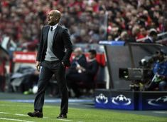 Bayern Munich's Spanish head coach Pep Guardiola gestures from the sideline during the UEFA Champions League second leg quarter finals football match SL Benfica vs FC Bayern Munich at the Luz stadium in Lisbon on April 13, 2016. / AFP / FRANCISCO LEONG - 28 of 272