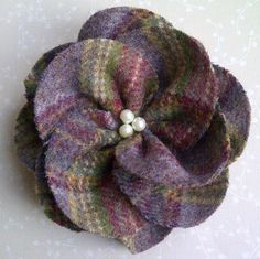 A beautiful individually hand cut and hand sewn flower brooch, reminiscent of an English Rose, made from wool (tweed type fabric manufactured in the UK), finished with a pearl type beaded center and brooch pin back. Diameter approximately Du. Cloth Flowers, Shabby Flowers, Felt Flowers, Fabric Flowers, Felt Roses, Fabric Yarn, Fabric Scraps, Brooches Handmade, Handmade Flowers