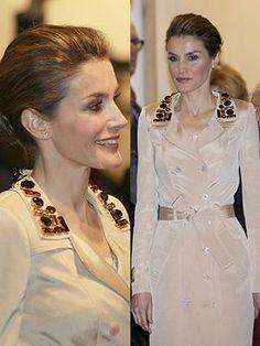 Doña Letizia vuelve a sorprender con un vestido gabardina de Felipe Varela, que ha puesto el toque clásico a la inauguración de la Feria de Arte Contemporáneo.