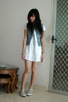 white lace dress with denim jacket and converse shoes easy