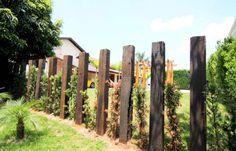 Toras de madeira no jardim