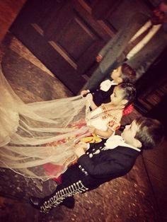 pajes para boda muy mexicanos, vestimenta charra y vestido de china poblana.