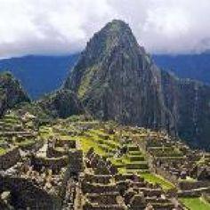 1. Machu Pichu (Perú)  No es de extrañar que el Machu Picchu sea el lugar más visitado del Perú. Esta maravilla arquitectónica de piedra caliza, sin argamasa, que data de mediados del siglo XV, está situada en una elevada meseta en las profundidades de la selva amazónica. Se puede acceder en tren desde Cuzco o, si te atreves, hacer el viaje siguiendo un sendero a pie de varios días; viajarás por lo más profundo de los barrancos andinos y disfrutar de unas vistas impresionantes.