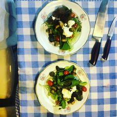 Mesclun de folhas com tomates uvas, cogumelos maceradas no vinagre de framboesas e creme de ricota smoked food com cítricos entrada do jantar romântico que o #chefnascimento  está servindo agora para um casal de clientes.