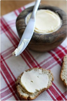 Beurre maison - Home made butter Homemade Cheese, Homemade Butter, Burritos, Yogurt, Great Recipes, Favorite Recipes, Diy Food, Queso, Food For Thought