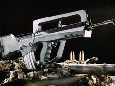 machine gun guns Famas ammunition  / 1024x768 Wallpaper