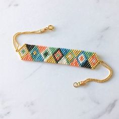 Bracelet woven beads, triangles geometric patterns, multicolor and gold Armband und Taschentuchmotive Triangles Géométriques Bead Loom Bracelets, Beaded Bracelet Patterns, Bead Loom Patterns, Beading Patterns, Beaded Earrings, Woven Bracelets, Jewelry Patterns, Jewelry Bracelets, Bead Jewellery