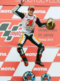 日本グランプリ2位で総合優勝を決め、大喜びのマルク・マルケス=ツインリンクもてぎ(AP=共同) ▼12Oct2014共同通信|オートバイ、マルケス総合2連覇 日本GP決勝 http://www.47news.jp/CN/201410/CN2014101201000663.html #Marc_Marquez