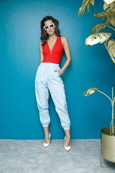 Body rojo con cierre Sudio F, pants azul pastel Adidas, estiletos blancos Steve Madden.