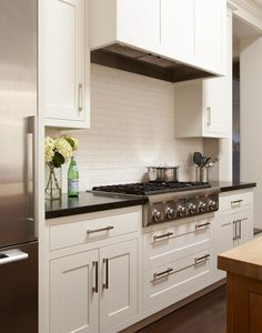 Small Cottage with Neutral Interiors - Home Bunch Interior Design Ideas Kitchen Hoods, White Kitchen Cabinets, New Kitchen, Kitchen Dining, Kitchen Ideas, Shaker Cabinets, Kitchen Backsplash, Kitchen Upstairs, Inset Cabinets