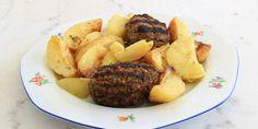 Σκέφτεστε πιο κλασική επιλογή από ένα πιάτο με μπιφτέκια και πατάτες στο φούρνο; Το στοίχημα σε αυτή τη συνταγή είναι να μην καταλήξετε με σφιχτά και άνοστα μπιφτέκια και άψητες πατάτες.  | GASTRONOMIE | iefimerida.gr | μπιφτέκια, συνταγή, πατάτες, κιμάς, κρεμμύδι, φούρνος Steak, Food And Drink, Potatoes, Beef, Vegetables, Recipes, Burgers, Kitchen, Fine Dining