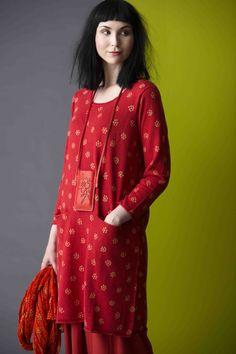 """#Gudrun #Sjoeden - Tuniken sollen am liebsten relativ lang sein, zwei praktische Taschen und ein möglichst unkompliziertes Muster haben - hier die Lösung: """"Tusensköna""""."""