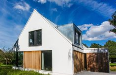 Beautiful, angular modern home with white facade. By ScanaBouw BV