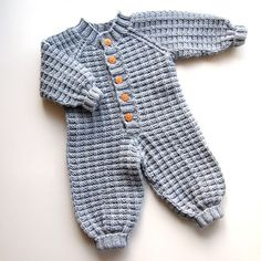 Knitting For Kids, Baby Knitting Patterns, Knitting Projects, Knitted Baby Clothes, Baby Dress, Diy Crafts, Crochet, Onesie, Pixie