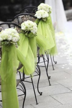 Decoración de sillas. Tela verde con flores blancas.