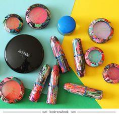 A estilista chinesa Chris Chang é a responsável pela nova coleção colaborativa da MAC. À frente da marca Poesia, Chang é conhecida por suas criações coloridas, cheias da opulência de figuras chinesas, alegria e um toque psicodélico. Um caleidoscópio de cores é a marca principal da coleção, que desembarca no Brasil agora em Julho! E o quanto as embalagens são lindas?   #maquiagem #novidade #mac #chrischang #poesia #cores #makeup #beleza #beauty #china #lnl #looknowlook