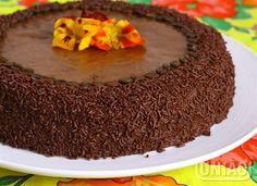 Bata o açúcar com o chocolate e a manteiga. Acrescente os ingredientes restantes, e bata bem.