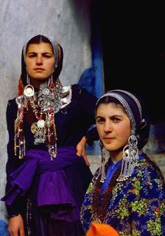 Ethnic groups living in the Russian republic of Dagestan, silver jewelry. - I love the deep purples these women are wearing We Are The World, People Around The World, Traditional Fashion, Traditional Dresses, 3d Foto, Costumes Around The World, Ethnic Dress, Viking Jewelry, Folk Costume