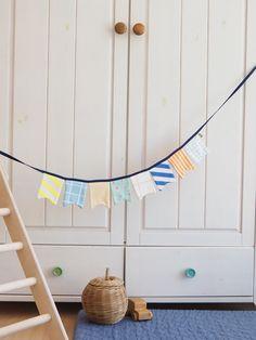 Wimpelkette aus Stoff – mit Liebe genäht – wunderschöne Dekoration für den Kindergeburtstag - Kinderzimmer & Co Du kannst sie entweder draußen aufhängen (bitte nicht bei Regen) oder in Wohnung, Haus oder wo immer du magst. Viel Spaß beim dekorieren! #wimpelkette #geburtstag #kindergeburtstag #dekorieren #stoffwimpelkette #dekoration #feiern #gelberknopf #kinderzimmerdekoration Wind Chimes, Outdoor Decor, Home Decor, Sew Simple, You're Welcome, Fabric Crown, Decorating, Birthday, Nice Asses