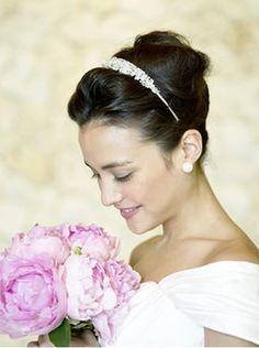 【先輩花嫁・モデル事例】ヘッドドレス別・花嫁のヘアスタイル【カチューシャ編】 - NAVER まとめ