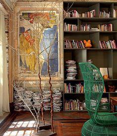 O caminho para inovar pode ser o mais simples e a arquiteta Gisele Taranto encontrou essa fórmula em um de seus projetos onde deixou diversos livros no chão, ao lado da estante que também estava preenchida