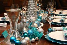 mesa de navidad con adornos color turquesa
