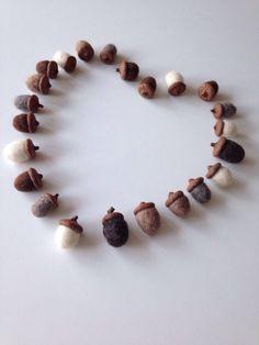Acorn decoration - natural - felted acorns - woodland ornaments - 23 door Wolwit op Etsy https://www.etsy.com/nl/listing/215815784/acorn-decoration-natural-felted-acorns