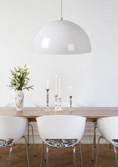 Żyrandol RIVA to nowoczesna lampa wisząca wykonana z wysokiej jakości metalu. Lampa świeci tylko w dół i znajdzie zastosowanie nad stołem w jadalni lub stołem kuchennym. Lampa nadaje się do użytku ze źródłem światła LED i można ją podłączyć pod ściemniacz (brak w zestawie). W serii dostępny także kolor czarny oraz miedziany (miedziany także o średnicy 70 cm). Decor, Table, Dining Table, Dining, Home Decor, Furniture