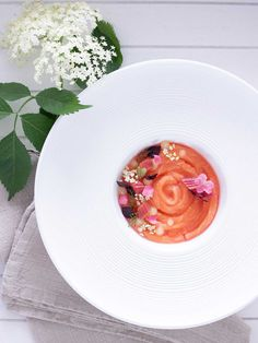 Try this experimental new spring-dish that combines salmon with sweet-sour rhubarb and a sour green-mango-lime gel. Eatable Flowers, Raw Salmon, Soup Plating, Hand Blender, 200 Calories, The Dish, Mango, Lime, Nutrition