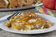 You know those caramel apples that are so popular at fall harvest festivals and fairs? Well, we& come up with a unique way to enjoy those same flavors in a totally easy and shareable form. Our Caramel Apple Ring features everything you love. Quick Apple Dessert, Healthy Apple Desserts, Great Desserts, Delicious Desserts, Yummy Food, Frozen Desserts, Tasty, Mr Food Recipes, Apple Recipes