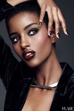 Pretty♥ this model has beautiful skine, nails, lips and hair, she is Beautiful