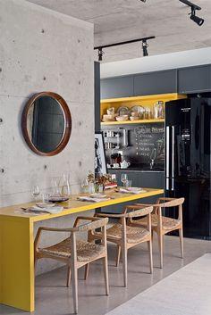 Yellow bench. O mix do moderno, com clássicos do desing, madeira, rusticidade e uma parede de concreto. I like it!