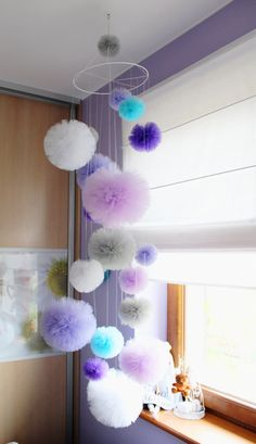 Tulle pom pom mobile Baby mobile Decorative by PomPomMyWorld - Meliha GÜRGİL .Fairy Princess Pastel Tulle Pom Pom Wands Party by prettiminiI love fun keychains and these pom pom fur balls seem to be all the rage these days. My DIY version is made w Diy Home Crafts, Diy Home Decor, Decor Crafts, Decoration Creche, Tulle Poms, Pom Poms, Tulle Tutu, Pom Pom Mobile, Pom Pom Crafts