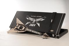Death Magnetic E - Gitarre Cool Guitar, Death, Cool Stuff, Awesome, Style, Guitar, Swag, Outfits