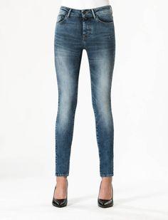 Sylvia Medium Blue Super Skinny Jeans  Description: Cup of Joe is een denim label dat zich sinds jaar en dag laat inspireren door de fijne dingen des levens. COJ beschouwt jeans in navolging van bijvoorbeeld een kop koffie als een daily essential. Iets waar we in ons dagelijks bestaan dus niet zonder kunnen. Vandaar ook het grote aantal varianten in de shop.Leading rock ladies als Blondie en Joan Jett konden back in the day geen dag zonder hun high waisted super skinny jeans. En ook nu zien…