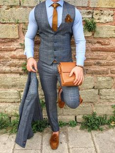 Nice outfit, but loose tie catch eye.