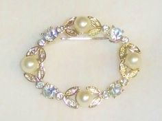 806~Vintage Textured Goldtone Clear Rhinestone Faux Pearl Oval Wreath Brooch Pin