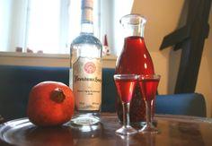 Lav din egen snaps til julefrokosten! Drinks Alcohol Recipes, Alcoholic Drinks, Beverages, Hot Sauce Bottles, Vodka Bottle, Smoothie, Vodka Shots, Fat Burning Detox Drinks, Spiritus