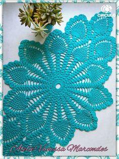 Trilho de mesa Tiffany em Crochê confeccionado com os fios charme da Círculo. Pôde ser feito nas cores de sua preferência.