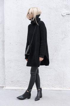O poder da bota de bico fino. Suéter preto de gola alta, calça skinny preta, ankle boot preta, all balck, tudo preto