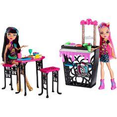 Coffret Crêperie + 2 poupées Monster High - marque : Monster High Avec le Coffret Crêperie + 2 poupées de Monster High, tes héroÏnes préférées Cleo de Nile et Howleen Wolf se transforment en gérantes dun business monstrueusement stylé !... prix : 44.99 EUR € chez Auchan Jeux et Jouets #MonsterHigh #AuchanJeuxetJouets