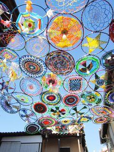 [08-08-2014] ¡¡¡Inauguramos!!! Los Parasoles de Tejiendo La Calle 2014 ya visten las calles de Valverde de La Vera. Realizados a ganchillo XXL por las participantes en el proyecto, y en esta ocasió…
