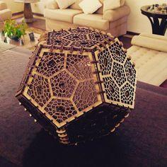 Luminária de mesa, lustre, ou uma bela peça decorativa. #madeira #design #luminária #lustre #decoração #designlaserart