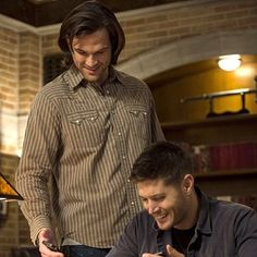 Enjoy this exclusive bts photo from TONIGHT's all new Supernatural! Little Helper Jared Padalecki and Jensen Ackles Jensen Ackles Jared Padalecki, Jensen And Misha, Supernatural Tv Show, Supernatural Seasons, Winchester Brothers, Sam Winchester, The Cw, Destiel, Bts Photo