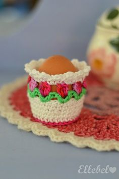 Free egg warmer pattern - to keep all your chickens' delicious, healthy eggs warm for longer! Crochet Kitchen, Crochet Home, Crochet Gifts, Knit Crochet, Crochet Easter, Loom Knitting, Beautiful Crochet, Yarn Crafts, Crochet Flowers